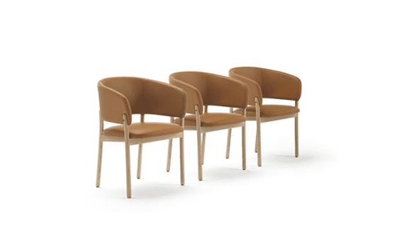 Sillas con brazos de la colección RC Wood con Tapizado ECO Cognac y patas Madera maciza de fresno de color natural - Muebles de diseño - Blasco&Vila