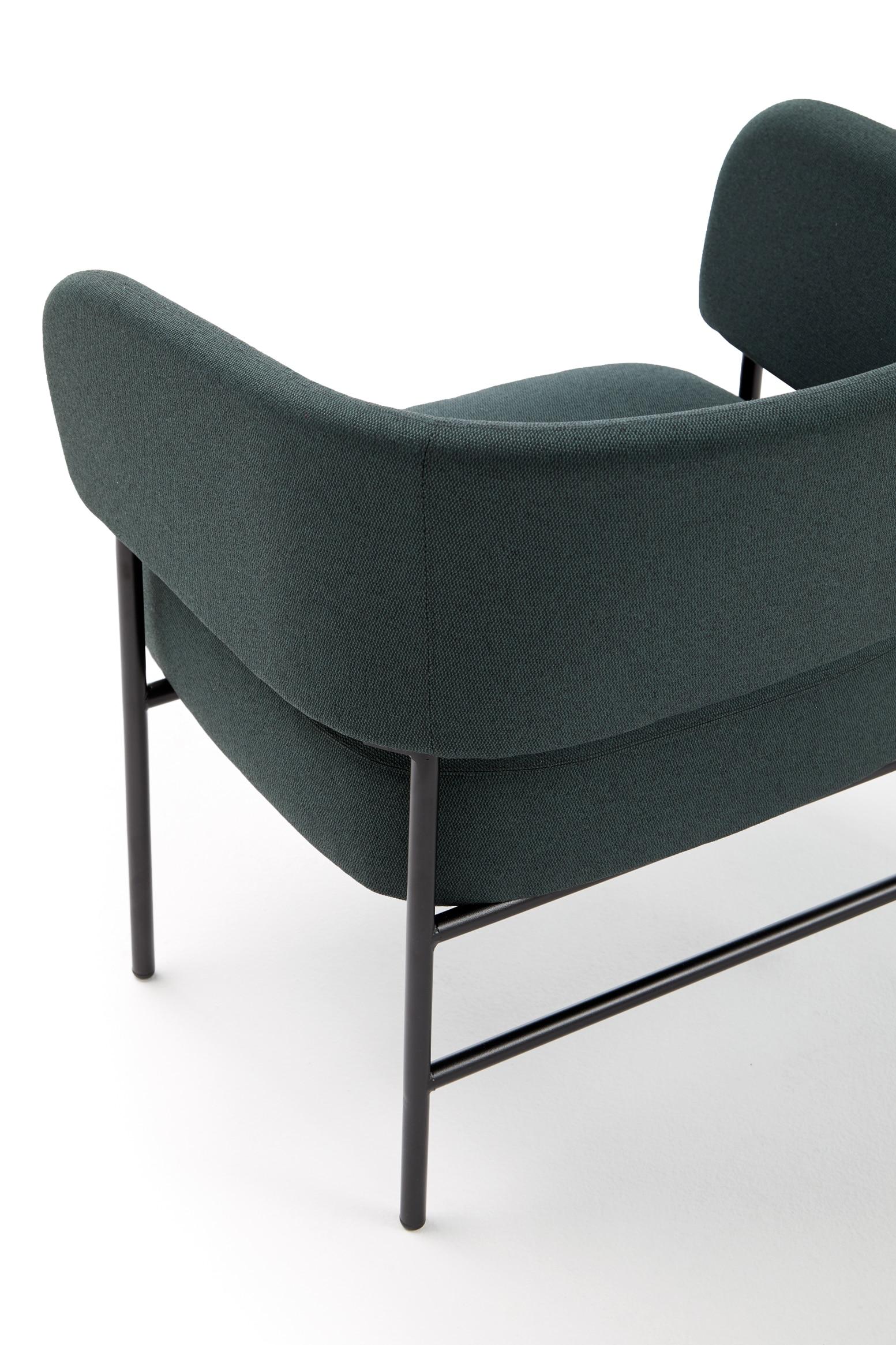 Butaca Easy Chair en el Hotel Casa Grande vista desde la parte trasera con tapizado MAR 68182 y con patas de metal negro F1 lacadas en negro