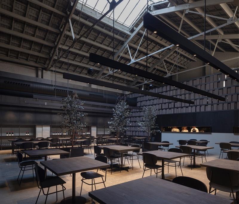 Sillas Fosca en Merkato, diseñado por Francesc Rifé. Foto de David Zarzoso. Muebles de diseño - Blasco&Vila