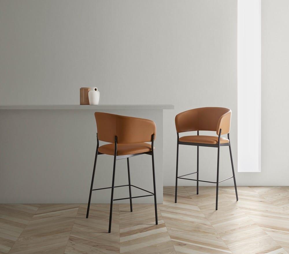Foto ambiente para la portada - Taburete con brazos RC Metal, muebles de diseño por Blasco&Vila